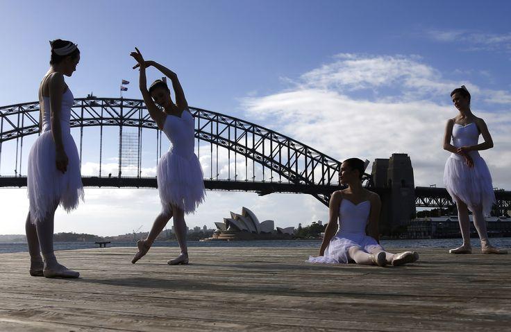 Penari balet Australia tampil di dekat Opera House dan Harbour Bridge, di kota Sydney, Australia.