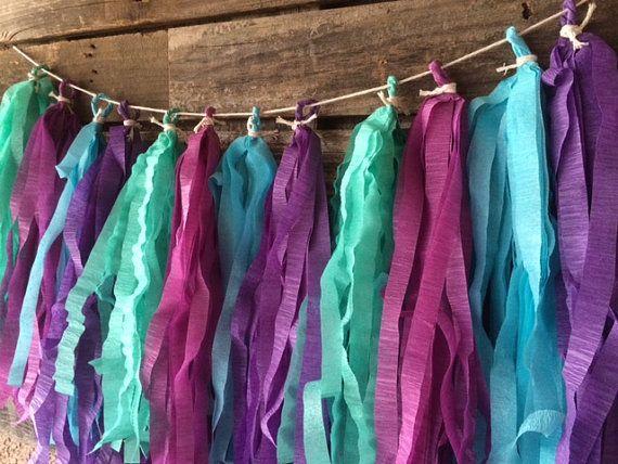 DIESE KOMMEN GEKRÄUSELTE, WIE IM BILD GEZEIGT. Fügen Sie dieser liebenswert Girlande hergestellt aus Quasten für deine Party! Dieses Angebot gilt für eine Girlande Strang. Verwenden Sie, um eine Mauer, einen Hintergrund oder Süßigkeiten Tisch dekorieren... und so weiter. Die Möglichkeiten sind endlos. Ideal für Mermaid und unter der Sea Party.  Dies entspricht der Meerjungfrau Party Supplies in diesem Shop!!!  Farben: Shades of Purple, Meer Blau und Türkis *** Farben variieren aufgrund der…