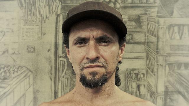 Documental Premiado con el primer puesto en la Bienal Regional de Arte de Antioquia en el 2004.    Director: Luigi Baquero  Artista: Fredy Serna