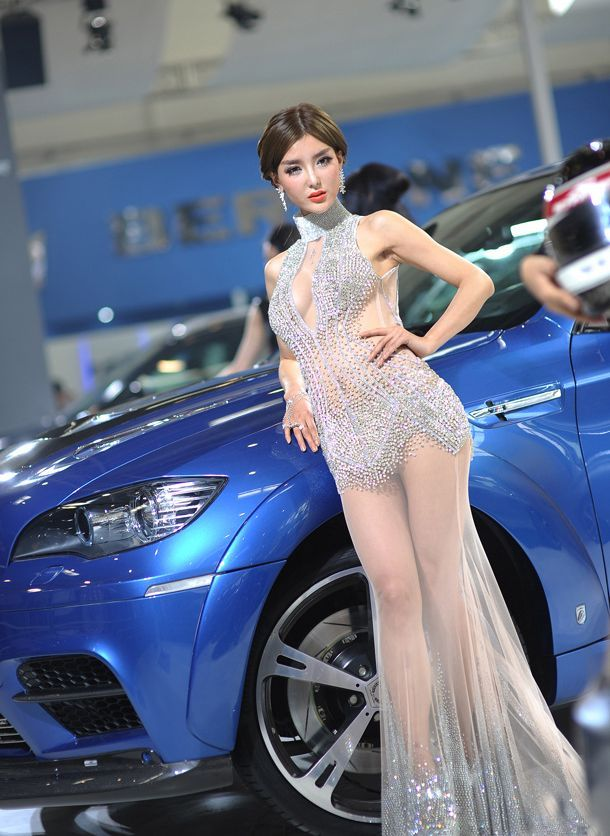 Asian Model Mari Li Yingzhi Wearing A Diamond Gown