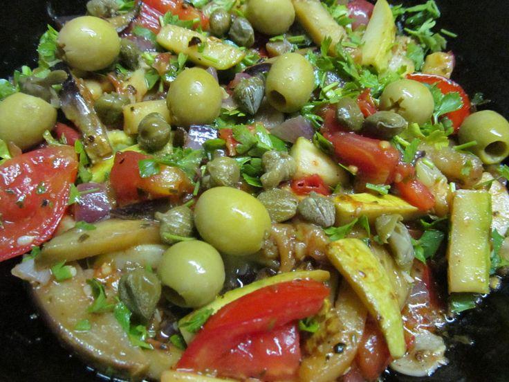 Баклажан, кабачок, красный лук, чеснок, помидор, оливки, каперсы, зелень, соль, перец, орегано, винный уксус, сахар.