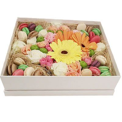 3 герберы, кустовая хризантема, 2 гвоздики, 12 роз, кустовая роза, 24 макаруни в коробке размером 35х30х10