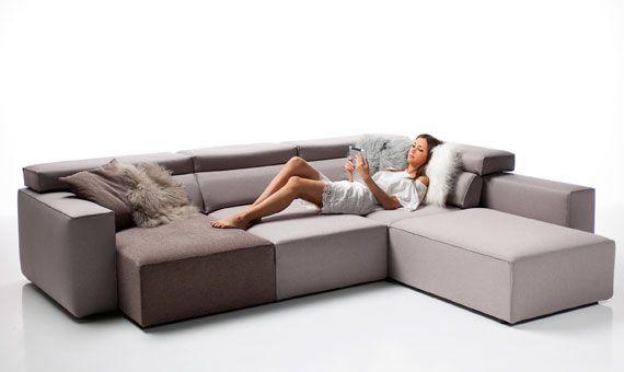 LOOK il divano che si trasforma come vuoi. Lineare, semplice, elegante, tanti divani in uno. Con o senza isola per conformarsi ai tuoi spazi. Poof o tavolino? Tanta comodità in più e tanti comodi posti quando servono.