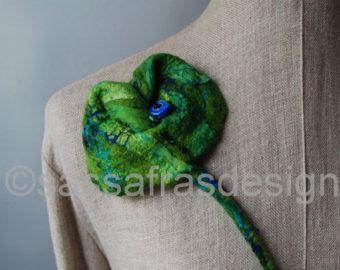 Groene handgevilte broche, grote handgemaakte corsage, gevilte broche