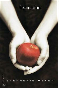 Isabella Swan, 17 ans, déménage à Forks, petite ville pluvieuse dans l'état de Washington, pour vivre avec son père. Elle s'attend à ce que sa nouvelle vie soit aussi ennuyeuse que la ville elle-même. Or, au lycée, elle est terriblement intriguée par le comportement d'une étrange fratrie, deux filles et trois garçons. Bella tombe follement amoureuse de l'un d'eux, Edward Cullen. Ce garçon beau comme un dieu et qui lui sauve la vie plusieurs fois a selon les Indiens le sang froid..