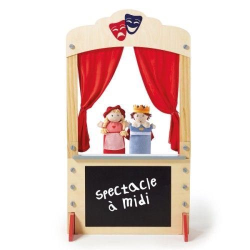 Avec ce grand théâtre en bois, les enfants imaginent des spectacles de marionnettes et les présentent à leur public. Ils inscrivent le programme à la craie sur le tableau en ardoise, et ouvrent le rideau. La représentation peut commencer.