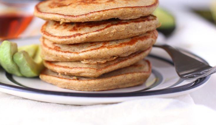 Pancakes au yogourt grec, à la banane et à l'avocat