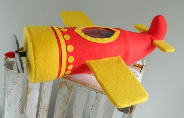 Avião do desenho infantil Mundo do Bita. Confeccionado em feltro e fibra anti-alérgica. <br>Ideal para decoração de festa de aniversário e quarto infantil.