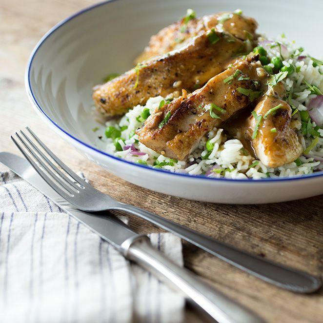 Saftig, würzig, süß – so köstlich kommen diese Hähnchenschlegel aus der Pfanne daher und sind mit knackigen Erbsen und luftigem Reis serviert einfach unwiderstehlich.