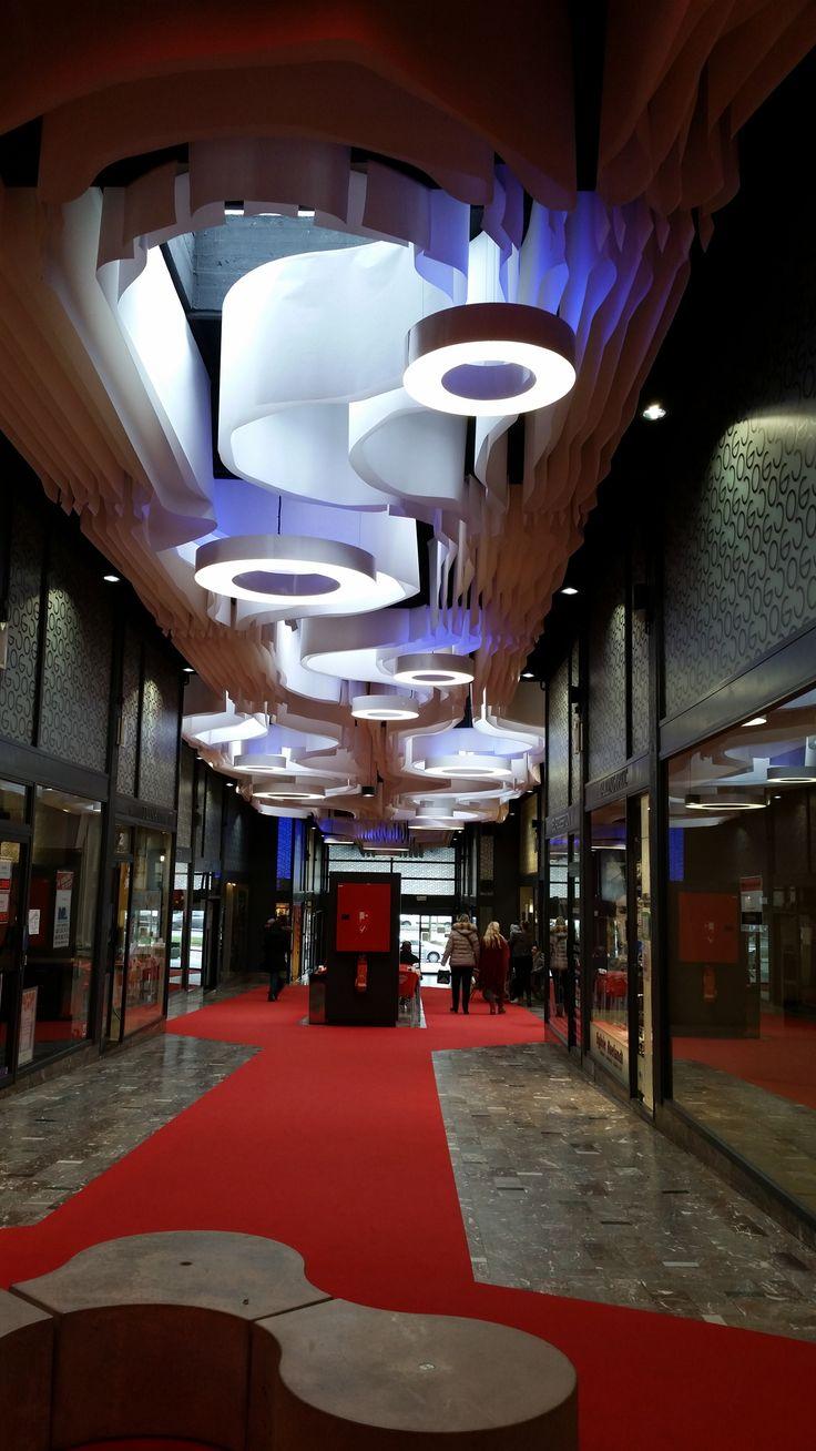 Вариант оформления высоких потолков. Использование декоративных светильников больших размеров в сочетании с ламелями. Больше примеров смотрите на нашем сайте http://www.paper-design.ru/p/oformlenie-vysokih-potolkov-dizajn/