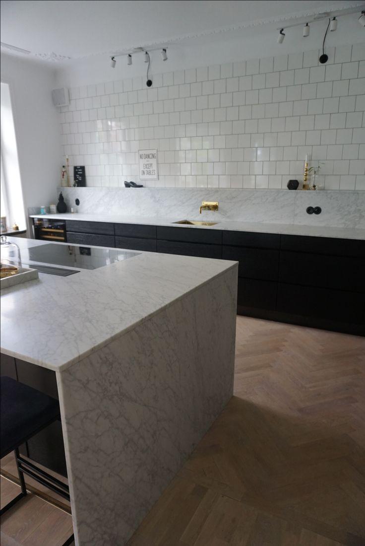 #kitchen #marble #marmor #kvik #svart #kök #fiskbensparkett #persöderberg #köksö #stuckatur