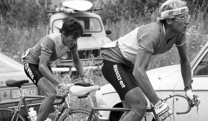TDF Alpe d' Huez 1984. Herrera VS Fignon. El implacable paso del escarabajo haría derretir los tuétanos de Fignon quien no pudo con la maestría escaladora de Don Lucho Herrera. Aquel día un humilde jardinerito, extraído de las fértiles tierras de Cundinamarca, consagró al ciclismo colombiano en el ciclismo mundial, además le demostró a millones de colombianos que entre tiempos de guerra y plomo era posible soñar, era posible que un colombiano rompiera el umbral de la mítica meta del Monte…