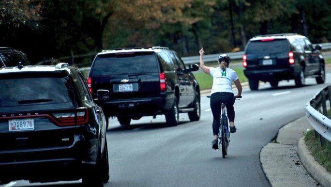 """EEUU: la echaron por un """"fuck you"""" a caravana de Trump - MDZ Online"""