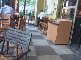 スターバックス・コーヒー KDDI大手町ビル店 - 1-8-1 Ōtemachi, Chiyoda-ku, Tōkyō / 東京都千代田区大手町1-8-1 KDDI大手町ビル 1F