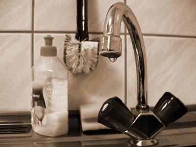 Ihr könnt euch auch recht schnell und einfach ein eigenes Spülmittel zaubern :) Anette Mack, deine Ideen sind einfach nur toll! Vielen Dank fürs Teilen!!! Zutaten: 1 Liter Wasser 3 EL geriebene Ker...