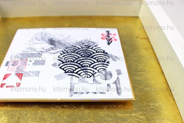 Shikishi mediális grafikai nyomattal keretben bonsai rajzzal - Shikishi mediális grafikai nyomattal keretben bonsai rajzzal. A tradicionális japán tusfestészet és a tekercsképek világának megidézésével használt külső jegyek és motívumok keverednek a kortárs grafika, a graffiti és a street - art elemeivel, illetve azok stíluseszközeivel. Az aranyozott háttér, mely kiemeli az aranyszélű shikishi - t nem öncélú dekoráció, hanem visszautalás...