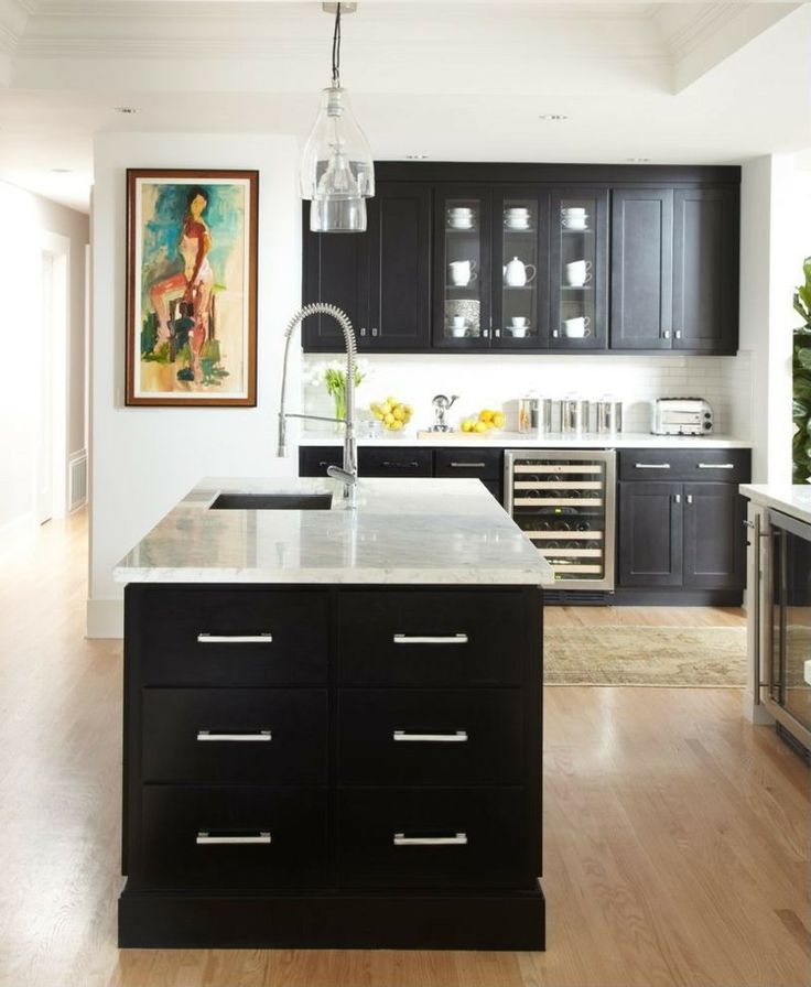 cuisine noire et blanche avec plancher en bois massif