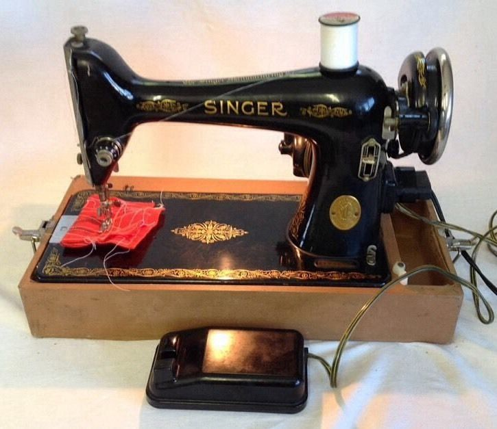 """Vintage Singer 66-16 Sewing Machine """"AF735196"""" W/ Carrying Case"""