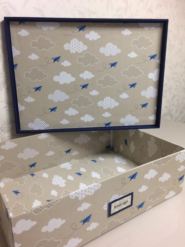 Caixa decorativa em mdf forrada de tecido, 100% artesanal.    Pode acomodar lembrancinhas para a maternidade e depois utilizar para organizar objetos do bebê (farmacinha, roupas pequenas, lembranças, fotos, etc).    A caixa mede 35x25x11 cm., feita em MDF e forrada por dentro e por fora com tecid...