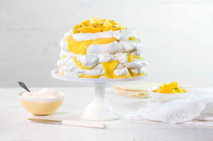Søt, sprø marengs med fløyelsmyk krem og syrlig sitron er en perfekt kombinasjon. Denne kaken pynter også opp på festbordet.