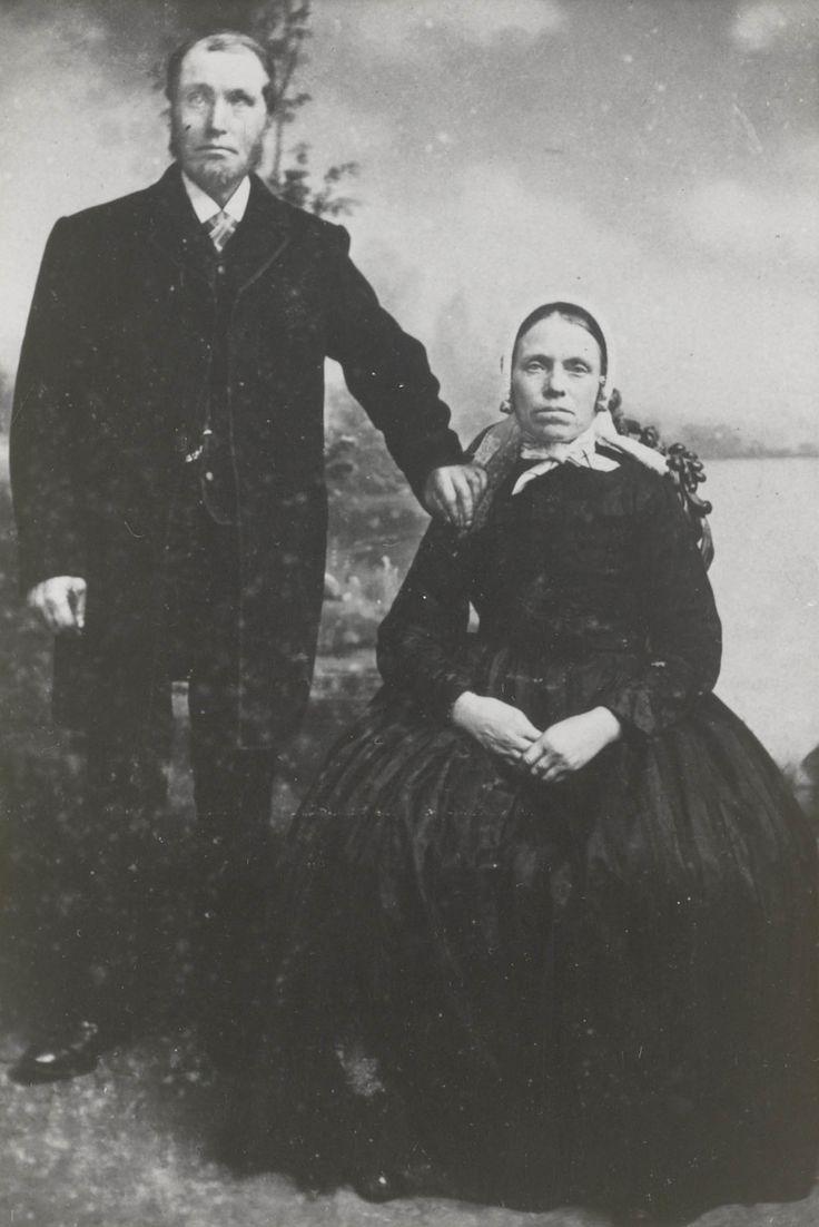 Echtpaar in dracht Enschede 1895 De vrouw draagt een 'knipmuts', met mutsenbellen in de voorstrook. #Overijssel #Twente #Saksen