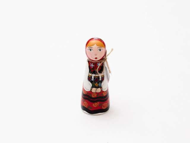 Un cadou despre identitate, autenticitate și unicitate. Cu produse românești în serie mică, de manufactură, alături de o frumoasă mândră pictată manual.