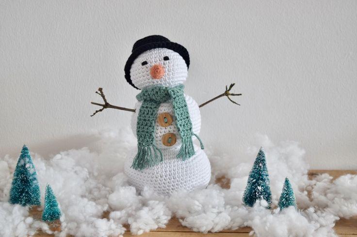 De winter is volop aan de gang, ik ben al flink wat cadeautjes aan het verzamelen voor de feestdagen. De kerst workshops staan voor de deur en overal komt de feestverlichting weer van zolder af...en om nog wat meer winterse sfeer te creëren haakte ik een amigurumi sneeuwpop!