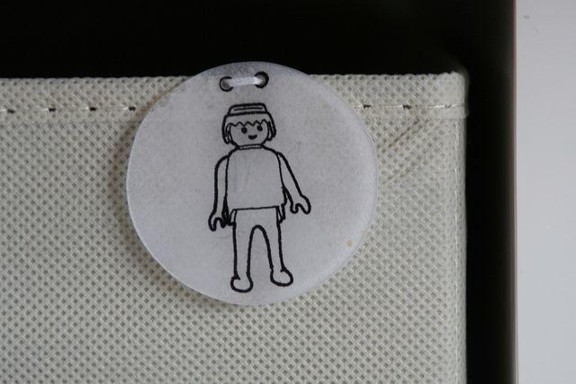 labels van krimppapier om speelgoeddozen te labelen