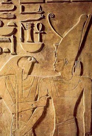 Relief d'un pilier représentant le dieu faucon Horus et le pharaon Sésostris Ier coiffé de la double-couronne Pschent, symbole de souveraineté et de l'union de la Haute & de la Basse-Égypte. Sésostris Ier régna sur l'Égypte entre 1962 et 1928 avant notre ère, durant la période du Moyen Empire. Il est le fils aîné du fondateur de la XIIe dynastie, Amenemhat Ier (1991-1962).