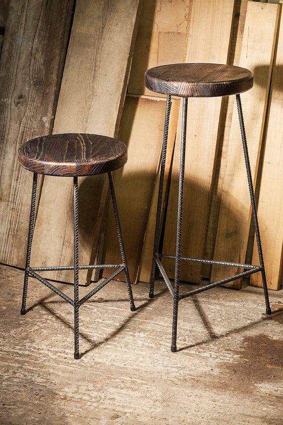 Taburetes de rebar de acero sólido. Material de asiento es de madera maciza de roble; se colocan con tornillos de latón y acero barra plana. Estos son productos hechos a mano y como tal se difieren ligeramente unos de otros lo que uno de una clase. El acero ha sido recubierto por una laca de calidad para evitar que se oxiden. Son 550 o 750mm de altura, diámetro del asiento es alrededor de 290-300mm. Puedo hacerlos a diferentes alturas y diámetros a petición del asiento.