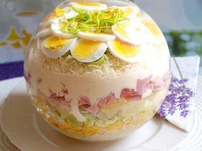 Sterilovaný celer, kukuřice, šunka, pórek, sýr, uvařená vejce, ananasový kompot, kysaná smetana a majonéza navrstvené pěkně na sebe a pak odleželé.