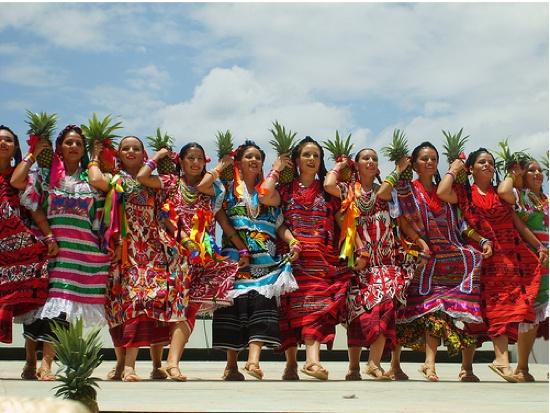 La Guelaguetza es una celebración típica de la ciudad de Oaxaca y forma parte de los cultos populares a la Virgen del Carmen, razón por la que se celebra los dos lunes más cercanos a la festividad católica de esta advocación mariana (el 16 de julio).