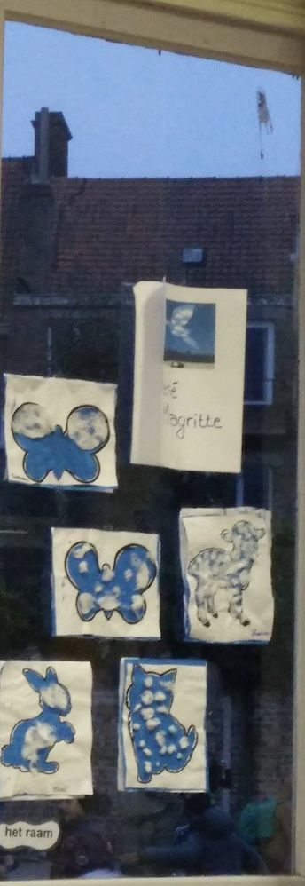 RENE MAGRITTE  Materiaal:  Blauwe en witte verf, een penseel, watten, een eenvoudige prent afgedrukt op wit papier en lijm.  Werkwijze:  Schilder een wit blad met lichtblauwe verf, gelijkend aan de hemel.  Laat het blad drogen. Knip terwijl de figuur uit het geprinte blad uit, zodat enkel de silhouet nog zichtbaar blijft.  Kleef het blad met de uitgeknipte figuur bovenop het blauw geschilderde blad.  Versier de hemel met 'wolkjes' door wattenstukjes met lijm op te kleven.