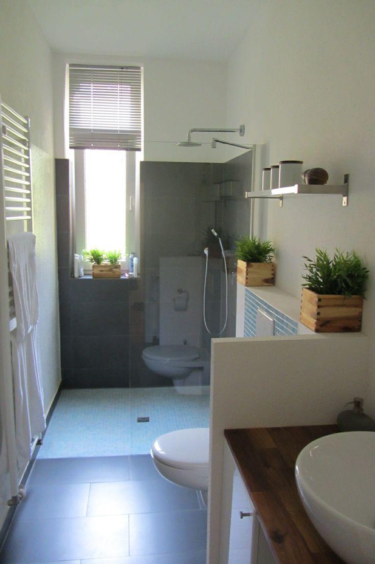 Das Tageslichtbad verfügt über eine begehbare, bodentiefe Regendusche und ist optimal gestaltet.