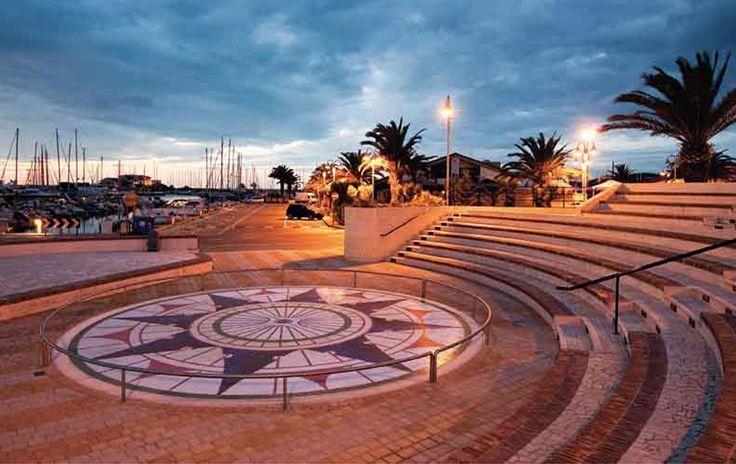 """Il Porto Turistico """"Marina di Pescara"""" offre servizi e attrezzature all'avanguardia, assistenza di personale qualificato, negozi, bar e ristoranti, aree attrezzate, il club nautico, servizi charter, noleggio bici e tutti i migliori comfort per il diportista. Una struttura dall'atmosfera raffinata e rilassante. Il """"Marina di Pescara"""" è situato al centro della città, perfettamente collegato con l'Aeroporto, la stazione ferroviaria e l'Autostrada."""