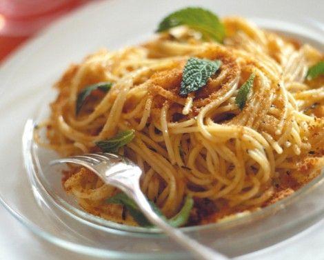 Spaghetti con acciughe e mollica | Cucina