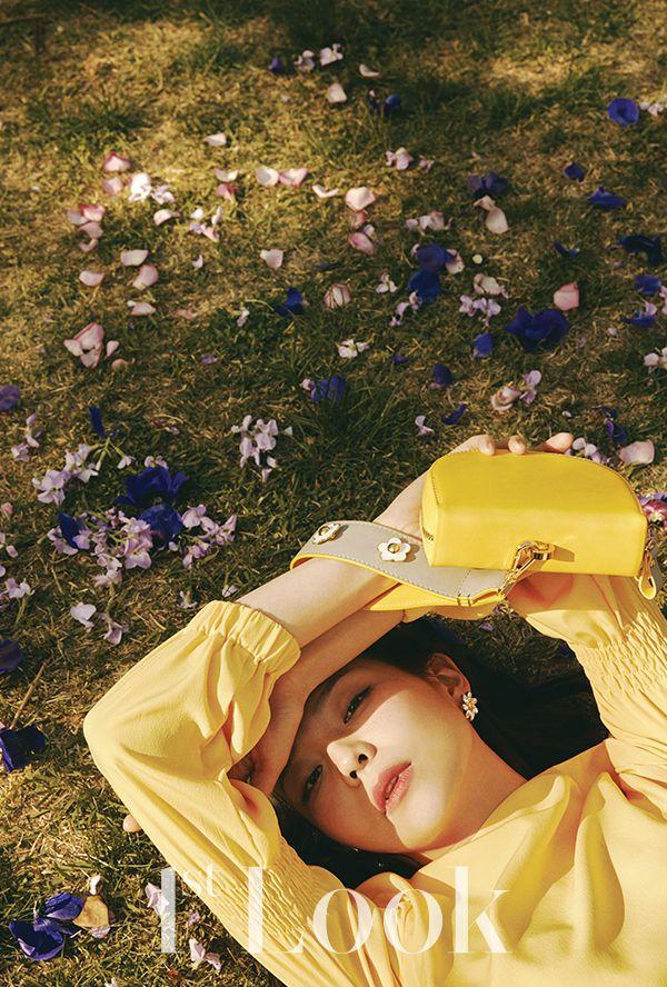 LIKE A FLOWER - 1st Look    청명한 하늘과 보드라운 바람. 수줍게 피어난 봄꽃을 닮은 배우 이솜이 하이칙스의 판도라 상자를 열자 달큰한 봄 향기가 퍼져 나왔다.