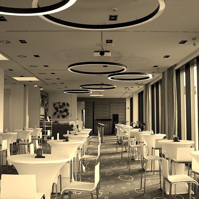 Auf der Suche nach einem besonderen Veranstaltungsort? Wir bieten Ihnen auf einer Fläche von 230 m² einen einzigartigen Blick über Berlin und richten gern Ihre Veranstaltung, Konferenz oder Hochzeit aus! #Veranstaltung #Konferenz #Produktpräsentation #Seminar #Hochzeit #Geburtstag #Event #Wedding #Convention #Birthday #überdenDächernBerlins #Berlin #CityWest