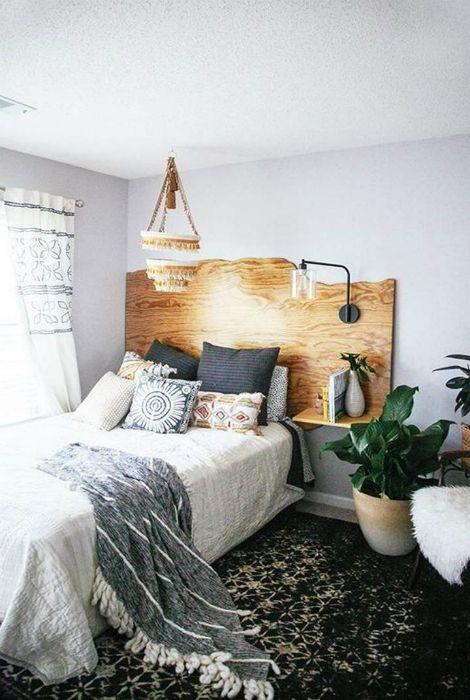 Деревянное изголовье кровати.