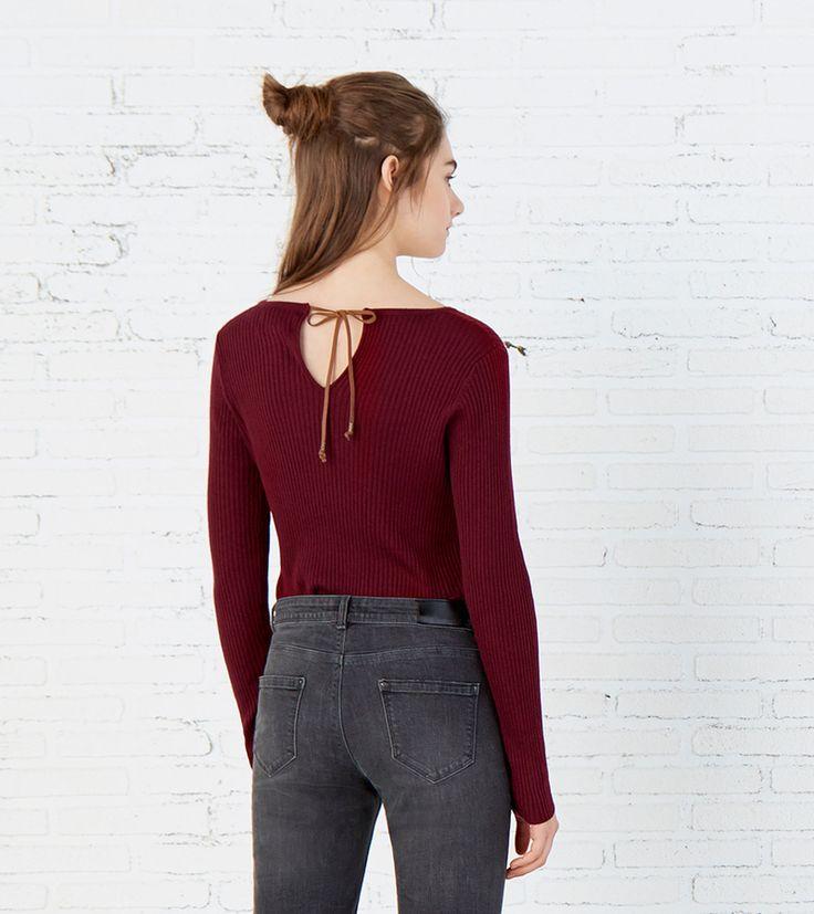 Camisola de manga comprida, com decote redondo, abertura em forma de lágrima nas costas, pormenor de laço e fabricada em tecido canelado. | Malhas | Springfield