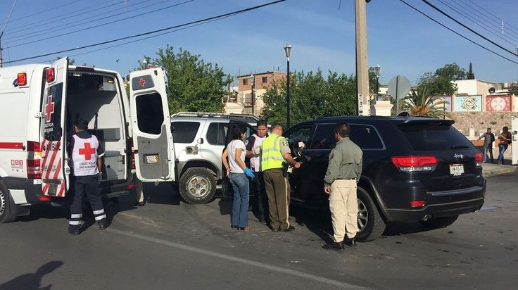 <p>Chihuahua, Chih.- Resulta una mujer lesionada luego de choque entre dos camionetas en el cruce de la avenida 20 de Noviebre y la calle 34.</p>  <p>El