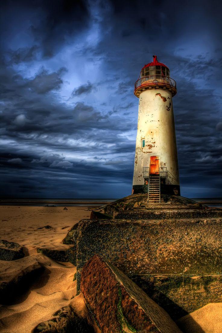 Farol abandonado em Point of Ayre, no norte do País de Gales, Reino Unido.