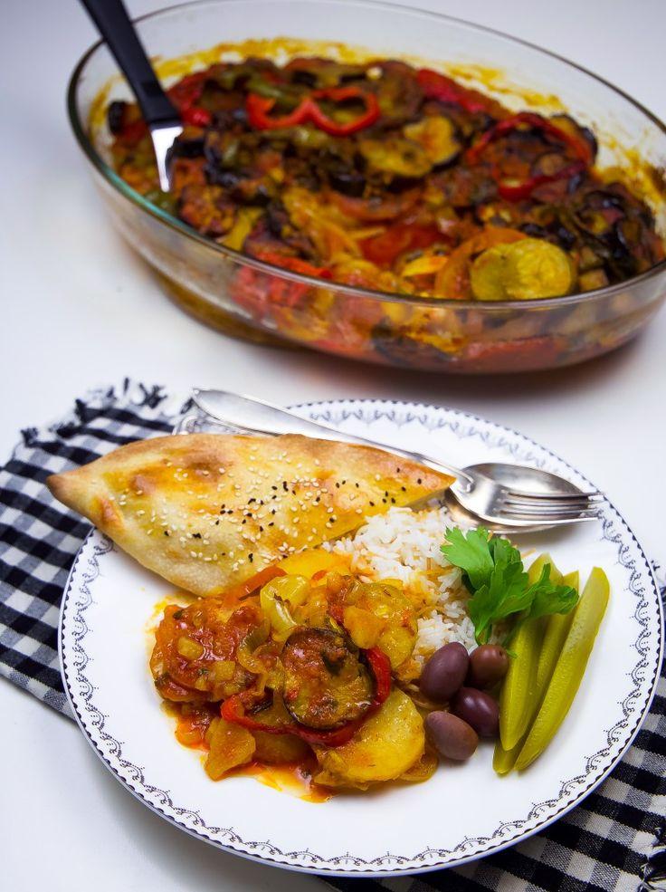 Tapsi är en klassisk kurdisk maträtt som kan tillagas på olika sätt. Även i Irak ärtapsi en favorit. Denkan tillagas med kött, kyckling eller göras vegetarisk. Köttet kan med fördel uteslutas från denna rätt, grönsakerna räcker gott och väl och ger en fantastisk smak. De flesta grönsaker funkar utmärkt att tillsättas i grytan. Jag kryddade min tomatsås lite extra med både vitlök och curry för att ge tapsinen god, mustig smak. 6 portioner tapsi 3 små aubergine eller 2 stora 2 gula lökar…