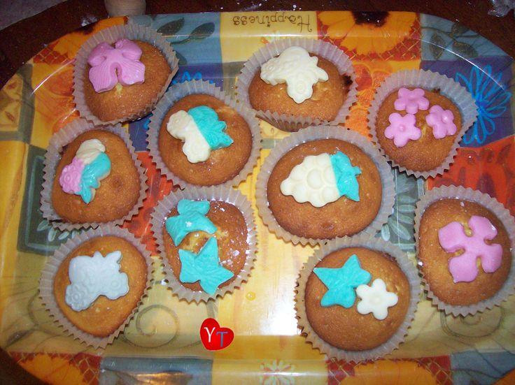 Dolcini con decorazioni in pasta di zucchero