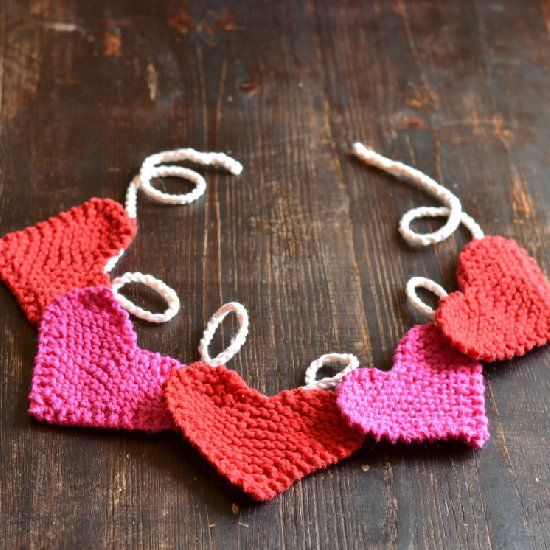 Learn to knit these simple and sweet garter stitch hearts and make a Valentine's Day bunting. thanks so xox