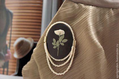 Купить или заказать Белая роза Брошь Серия Ботанические иллюстрации в интернет-магазине на Ярмарке Мастеров. Брошь из коллекции Ботанические иллюстрации. Белая нежная роза на темно-коричневом фоне. Букет из одного цветка. Маленькая брошь не останется незамеченной.