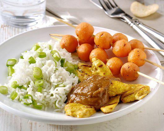 BBQ Ketjapkip en worteltjes-saté met Satésaus Pikant en witte rijst met lente-ui