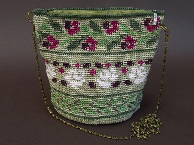 Eine bezaubernde Häkeltasche mit Rosen-und-Blätter-Motiv. Sie wurde von mir in einer aufwendigen Häkeltechnik angefertigt. Das Muster und die Struktur erinnert an Gobelinstickerei. Sie ist mit...