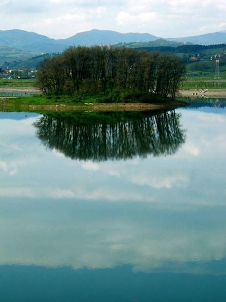 specchio d'acqua riflessi al lago di Bilancino (Barberino di Mugello, Fi, toscana) #TuscanyAgriturismoGiratola
