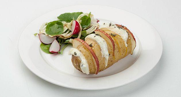 Verwarm de oven voor op 200°C hete lucht (of 220°C bij boven- en onderwarmte). Snijd de aardappelen dwars in fijne schijfjes, maar net niet helemaal tot beneden. Er ontstaat een …